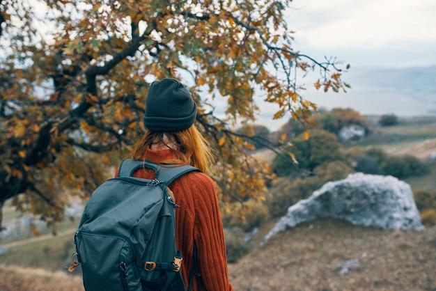 Vrouw wandelaar natuur bergen reizen landschap vakantie