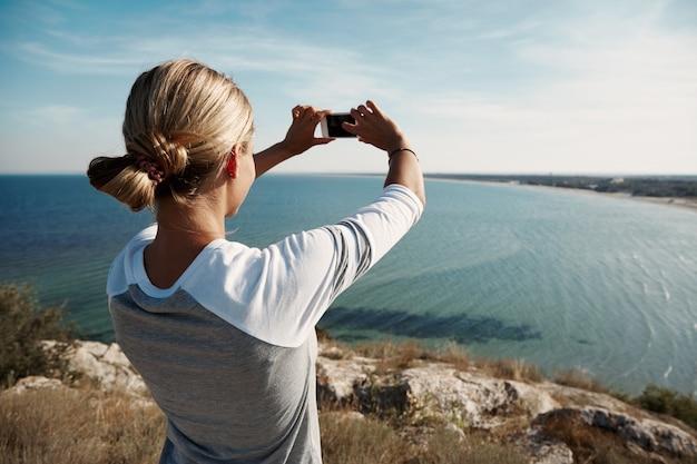 Vrouw wandelaar nemen foto met smartphone