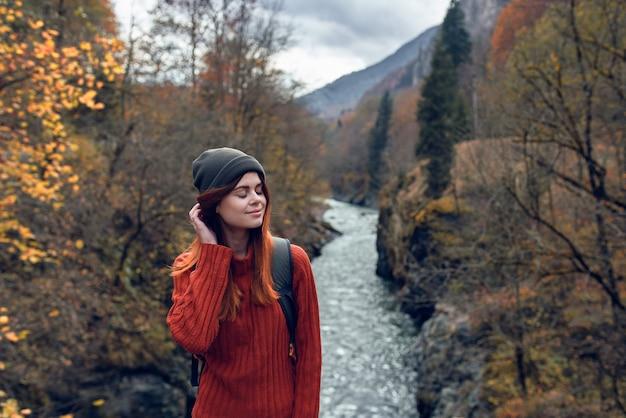 Vrouw wandelaar reist bergen rivieren frisse lucht natuur