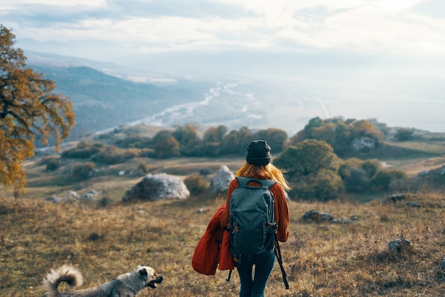 Vrouw wandelaar reizen bergen landschap herfst bomen