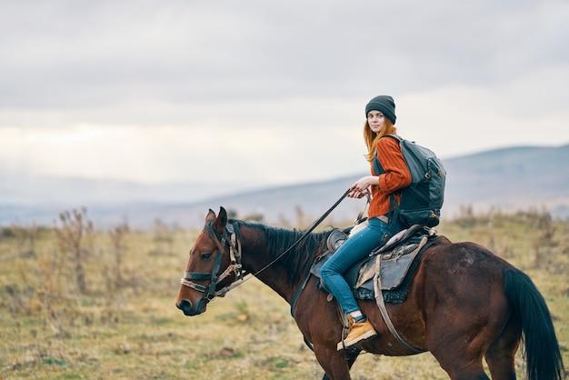 Vrouw wandelaar rijden paard reizen bergen landschap