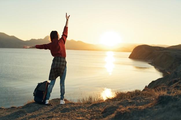 Vrouw wandelaar rotsachtige bergen landschap zonsondergang vrijheid