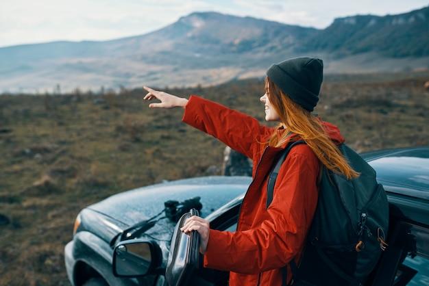 Vrouw wandelaar rugzak auto bergen landschap