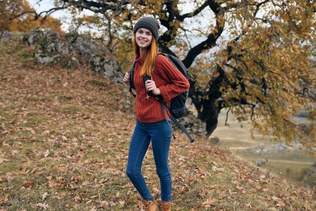 Vrouw wandelaar rugzak natuur herfst bos reizen