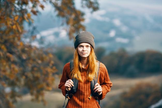 Vrouw wandelaar rugzak reizen bergen natuur avontuur