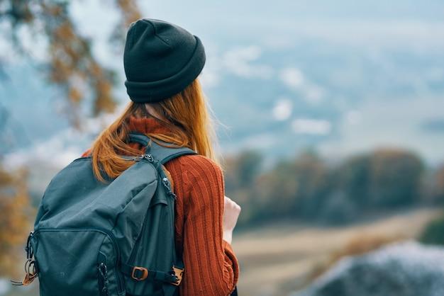 Vrouw wandelaar rugzak reizen in bergen landschap leuk