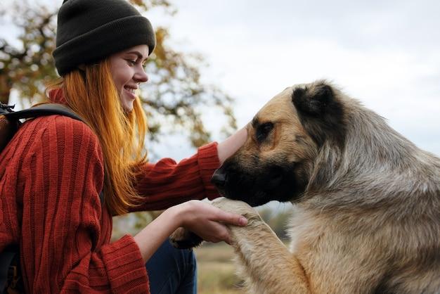 Vrouw wandelaar spelen met hond natuur reizen vriendschap