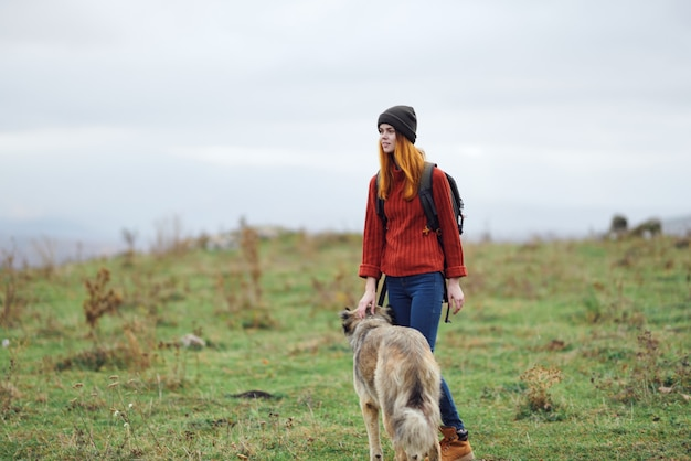 Vrouw wandelaar wandelen hond natuur bergen reizen vriendschap vakantie