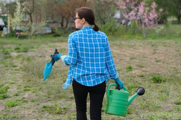 Vrouw wandelen in de tuin in de lente