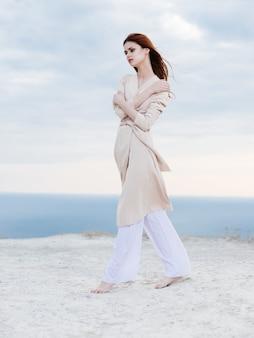 Vrouw wandeling langs het strand zand tropen lifestyle mode