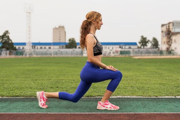 Vrouw warming-up proces vóór de training