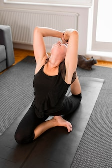 Vrouw warming-up voor fysieke oefeningen hoge mening
