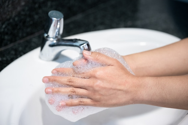 Vrouw wassen hand