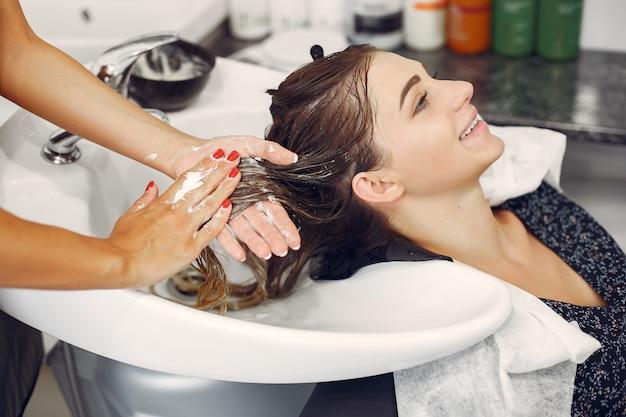 Vrouw wassen hoofd in een kapsalon