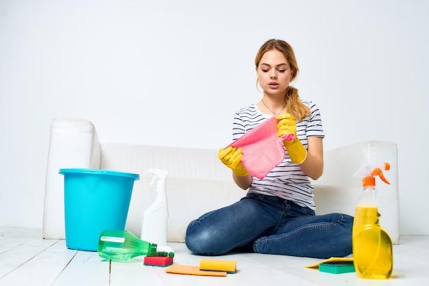 Vrouw wast thuis de vloeren en verleent diensten aan huiswerk