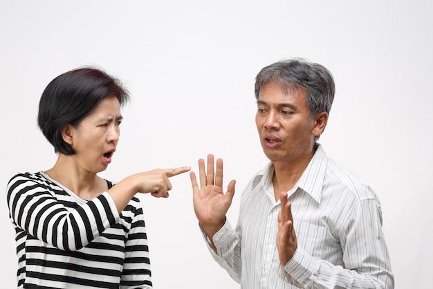 Vrouw wees met haar vinger tegen en beschuldigt haar man