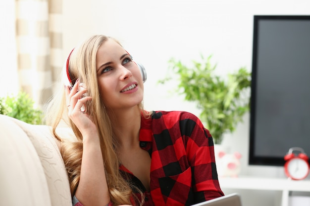 Vrouw werk op laptop muziek hoofdtelefoon luisteren