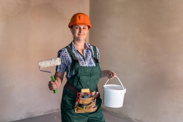 Vrouw werknemer in beschermend uniform met tekengereedschappen