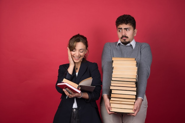 Vrouw werknemer leesboek naast haar partner