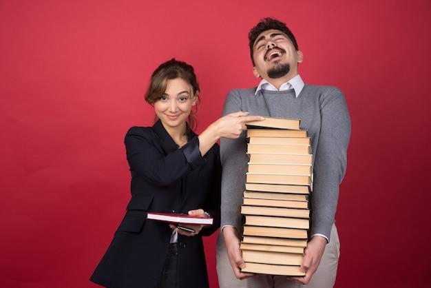 Vrouw werknemer neemt boek van haar collega