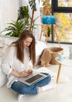 Vrouw werkt aan een nieuwe vlog