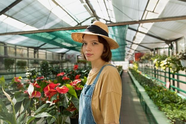 Vrouw werkt alleen in een duurzame kas