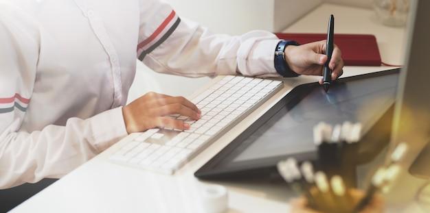Vrouw werkt in moderne kantoorruimte