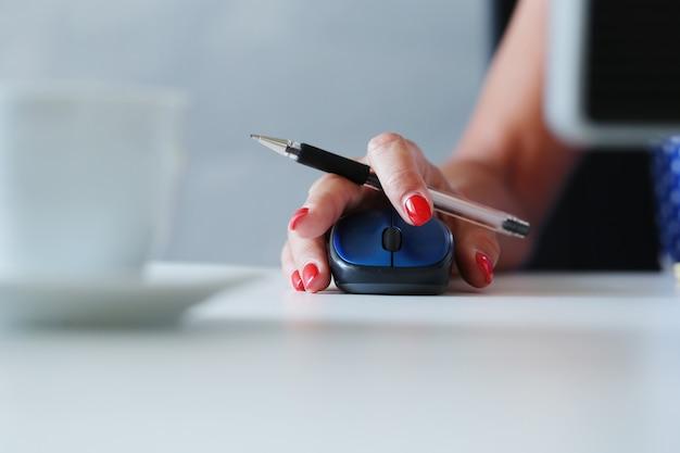 Vrouw werkt, klikt op de muis