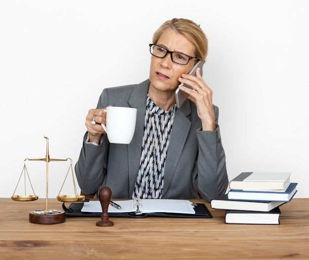Vrouw werkt rechtvaardigheidsschaal oordeelwet