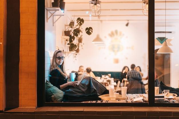 Vrouw werkt 's avonds in een café