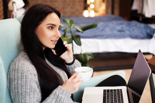 Vrouw werkt thuis aan een laptop tijdens een wereldwijde virusepidemie