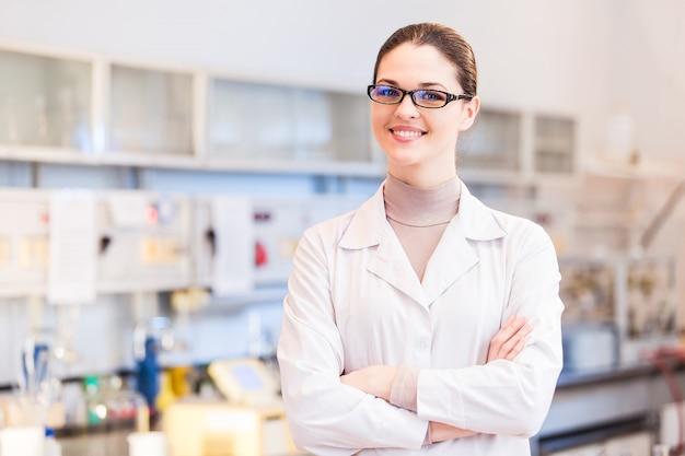 Vrouw wetenschapper in laboratorium