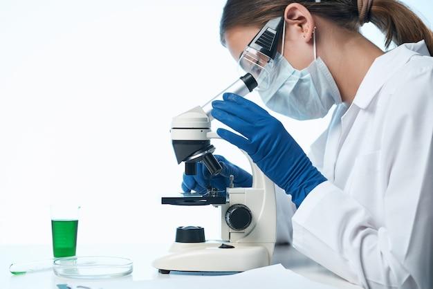 Vrouw wetenschapper kijken door een microscoop onderzoek biologie diagnostiek