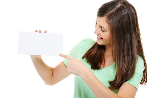 Vrouw wijzend op witte lege kaart