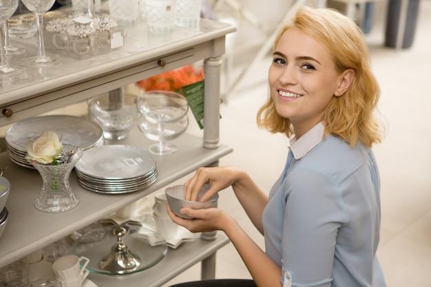 Vrouw winkelen bij homeware winkel