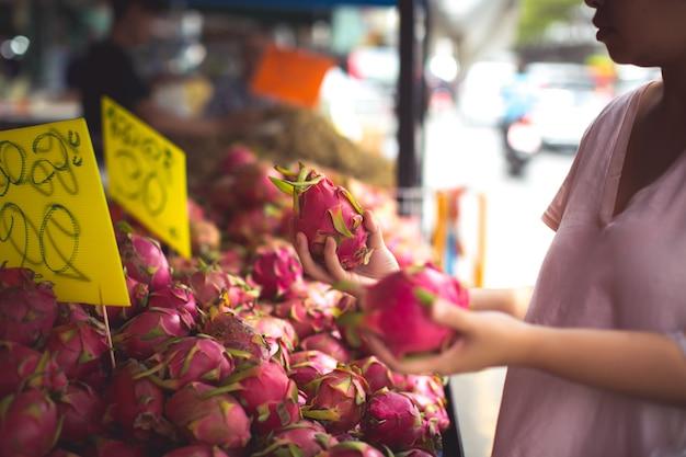 Vrouw winkelen biologisch fruit