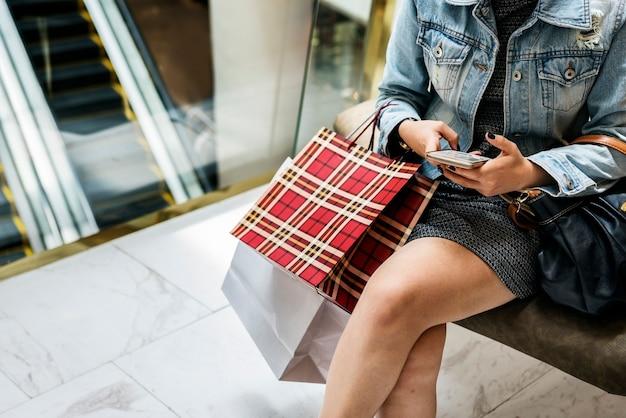 Vrouw winkelen concept