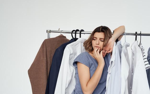 Vrouw winkelen garderobe kleerhanger model mode-stijl.