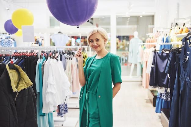 Vrouw winkelen kleding. klant die kleding binnen in opslag bekijken.