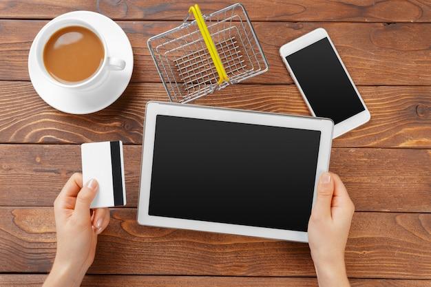Vrouw winkelen met behulp van tablet pc en creditcard
