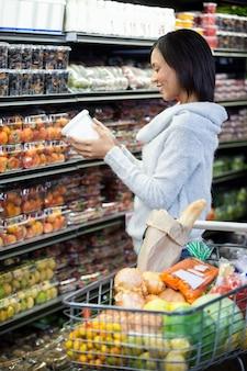 Vrouw winkelen voor boodschappen