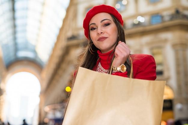 Vrouw winkelen voor kerstmis