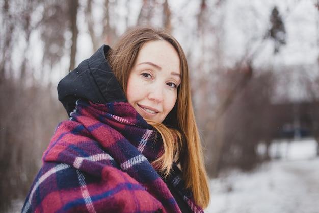 Vrouw winter, wandelen in het bos of wandelen