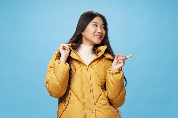 Vrouw winterjas mode moderne stijl blauwe achtergrond