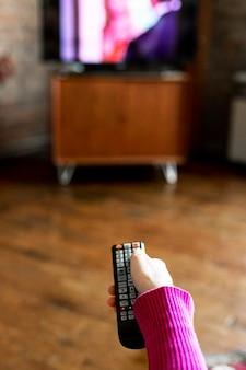 Vrouw wisselt tussen tv-zenders Premium Foto