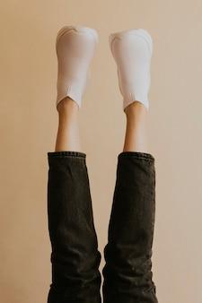 Vrouw witte sneakers kleding mode