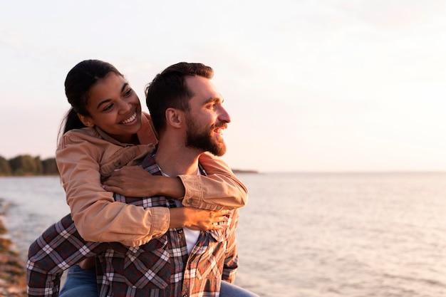 Vrouw wordt gedragen door haar vriendje met kopie ruimte