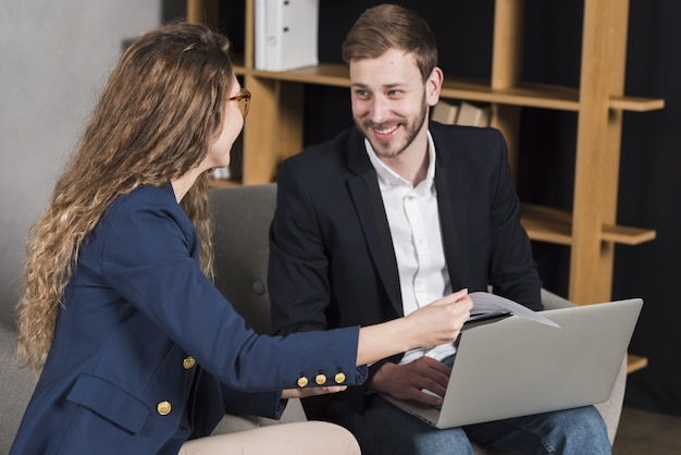 Vrouw wordt geïnterviewd door de man voor een baan