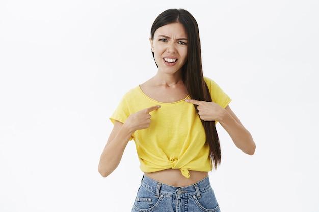Vrouw wordt geïrriteerd en verontwaardigd