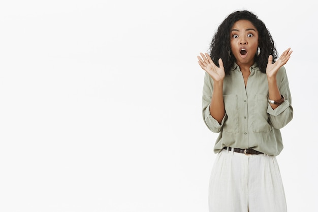 Vrouw wordt geschokt bang voor plotselinge herrie.